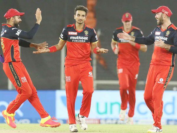 सीजन में टूर्नामेंट के सबसे सफल बॉलर हर्षल पटेल ने दिल्ली को 2 झटके दिए। उन्होंने शॉ और स्टोइनिस को पवेलियन भेजा। हर्षल ने अब तक टूर्नामेंट के सभी मैच में विकेट लिए हैं। फिलहाल पर्पल कैप उन्हीं के पास है।