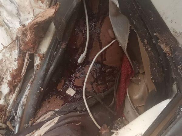 हादसे के बाद गाड़ी की सीट पर बिखरा खून।