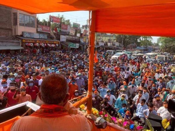24 अप्रैल को भाजपा नेता मिथुन चक्रवर्ती ने मालदा में रैली की थी। इसमें बड़ी संख्या में लोगों की भीड़ इकट्ठी हुई थी।