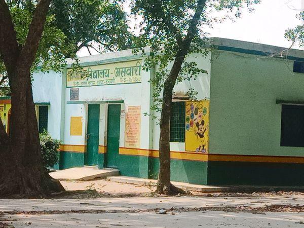 पिछले साल असवारी गांव के प्राथमिक विद्यालय को क्वारैंटाइन सेंटर बनाया गया था। इस बार यह व्यवस्था नहीं है।