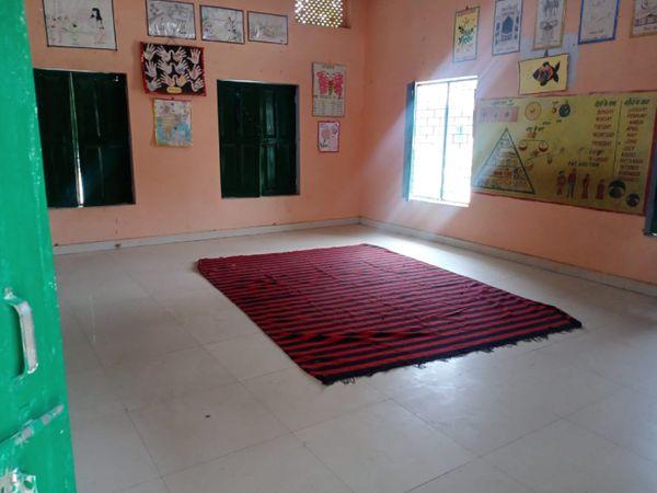 बाहर से आने वाले प्रवासियों के लिए प्राइमरी स्कूल में आइसोलेशन सेंटर बनाए गए हैं।