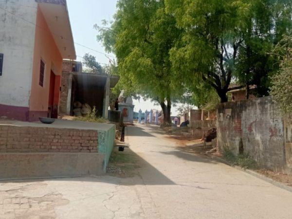 कानपुर के टिकरा गांव में पंचायत चुनाव की वोटिंग के वक्त काफी चहल-पहल थी, लेकिन अब वोटिंग हो जाने के बाद गलियों में सन्नाटा पसरा है।