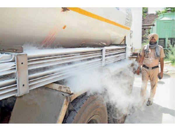 पानीपत. सिविल अस्पताल में बने टैंक में ऑक्सीजन डालते हुए। - Dainik Bhaskar
