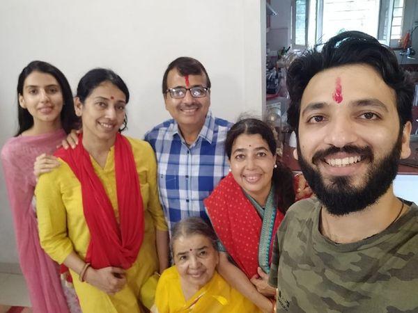 जीत की मुस्कान ... बाएं से दाएं नातिन तन्वी, बहू मनीषा, बेटा मनोज, दादी सुनीता, बेटी प्रीति (लाल साड़ी में) और पोता तन्मय।  इनमें से केवल मनीषा कोरोना से बची।  - दैनिक भास्कर