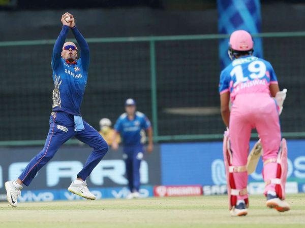 राहुल चाहर ने अपनी ही बॉल पर यशस्वी जायसवाल का कैच लिया। यशस्वी ने 20 बॉल पर 32 रन की पारी खेली।