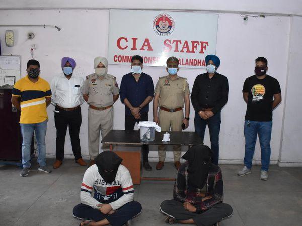 गिरफ्तार किए हत्या के आरोपियों के साथ पुलिस टीम। - Dainik Bhaskar