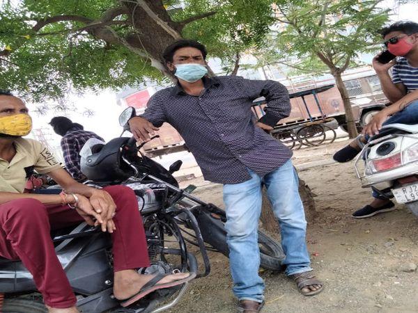 अंतिम संस्कार के लिए इन तीन युवकों ने मांगे थे 15 हजार रुपए।