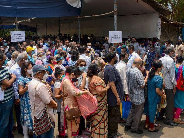 मुंबई के एक वैक्सीनेशन सेंटर के बाहर गुरुवार को उमड़ी भीड़।