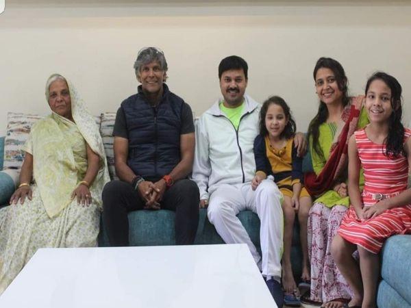 परिवार के सभी लोग अब स्वस्थ्य हो चुके हैं।  अनुज शर्मा ने कहा कि समय पर दवाएं जरूरी हैं।  तस्वीर जब एक्टर मिलिंद सोलन ने अपने परिवार से मुलाकात की थी।