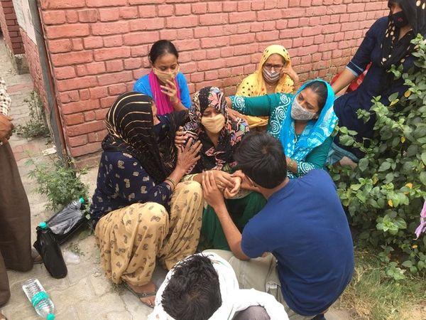 पति की मौत के बाद अस्पताल के बाहर बिलखती पत्नी और परिजन। - Dainik Bhaskar
