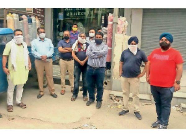 पीएनबी बैंक के पीछे एंड्रयू मार्केट में मीटिंग करते हैंडलूम एसोसिएशनों के प्रधान। - Dainik Bhaskar