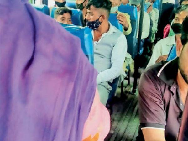 रोडवेज बस में नियमों को ताक पर रखकर बैठी सवारियां। - Dainik Bhaskar