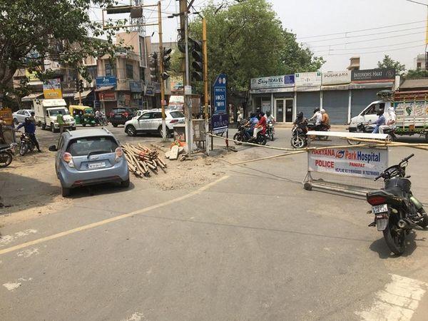 रामलाल चौक पर बेरिकेडिंग के बराबर से बिना रोकटोक निकलते वाहन।