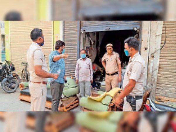 समालखा. पड़ावमाेहल्ले में पुलिस के साथ एसडीएम विजेंद्र हुड्डा। - Dainik Bhaskar
