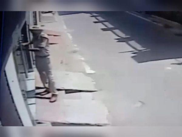 घर का दरवाजा खटखटाता ASI। - Dainik Bhaskar