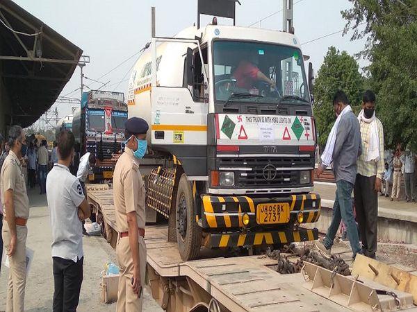फरीदाबाद रेलवे स्टेशन पर पहुंचा ऑक्सीजन टैंकर।