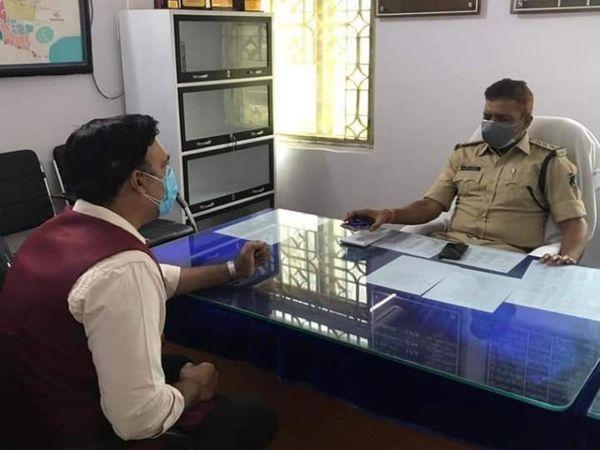 तस्वीर आजाद चौक थाने की है।  भाजपा नेता गौरी शंकर श्रीवास ने इस मामले में पुलिस से कार्रवाई की मांग की।