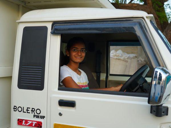 श्रद्धा दूध भी निकाल लेती हैं और उसे डेयरी तक डिलीवर करने भी खुद ही गाड़ी चलाकर जाती हैं।