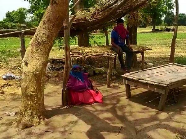होशंगाबाद के रायपुर गांव में संक्रमित खेत पर क्वारैंटाइन हैं।