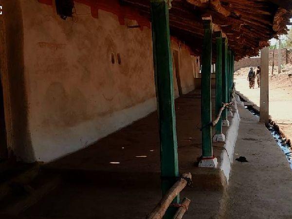 गुना जिले के गढ़ा गांव में सूनी पड़ी दलान।