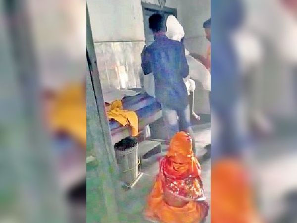 राघोपुर रेफरल अस्पताल में कोरोना संक्रमण से मृत व्यक्ति को पीपीटी किट पहनाते परिजन - Dainik Bhaskar