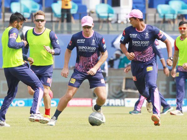 हैदराबाद के खिलाफ मैच से पहले फुटबॉल खेलते राजस्थान के चेतन सकारिया, डेविड मिलर,जोस बटलर और यशस्वी जायसवाल।