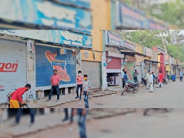 कोरोना कर्फ्यू में शहर के लश्कर रोड पर नंबर 1 स्कूल के सामने दुकानदारों ने अपनी दुकानों के खोले आधे शटर। - Dainik Bhaskar