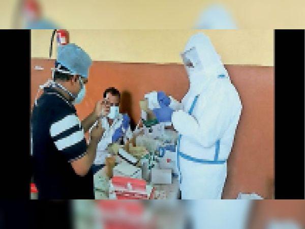 दौसा   कोविड मरीजों को इंजेक्शन लगाने के लिए सर्जिकल वार्ड में जाते मेडिकल कर्मी। - Dainik Bhaskar
