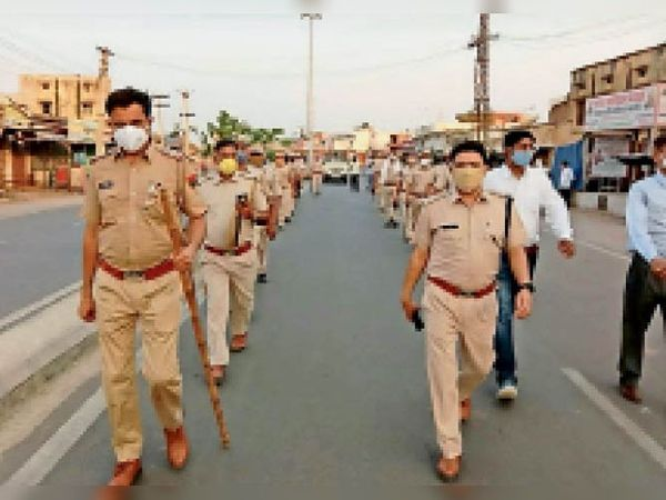 महवा | कोरोना की नई एडवाइजरी की पालना को लेकर फ्लैग मार्च निकालती पुलिस। - Dainik Bhaskar