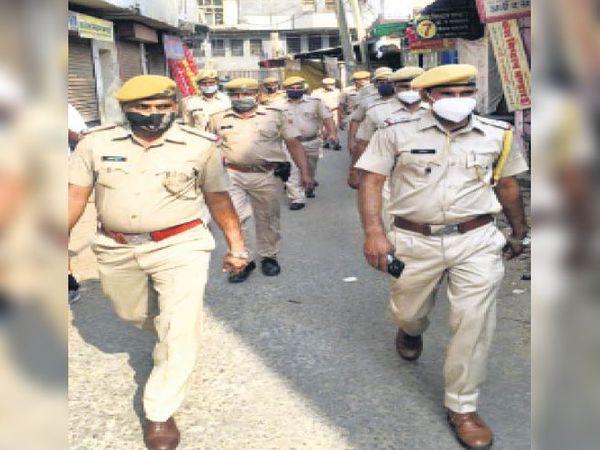 मेहंदीपुर बालाजी| एडवाइजरी की पालना को लेकर फ्लैग मार्च करती पुलिस। - Dainik Bhaskar