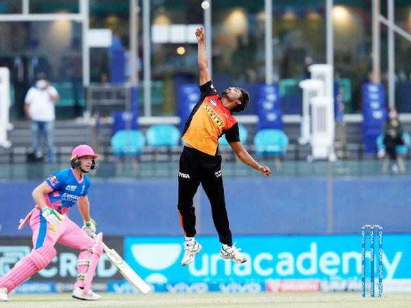 संजू सैमसन का कैच लेने की कोशिश करते हैदराबाद के संदीप शर्मा।