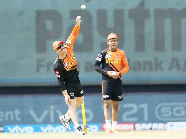 राजस्थान के खिलाफ मैच से पहले बॉलिंग प्रैक्टिस करते डेविड वॉर्नर।