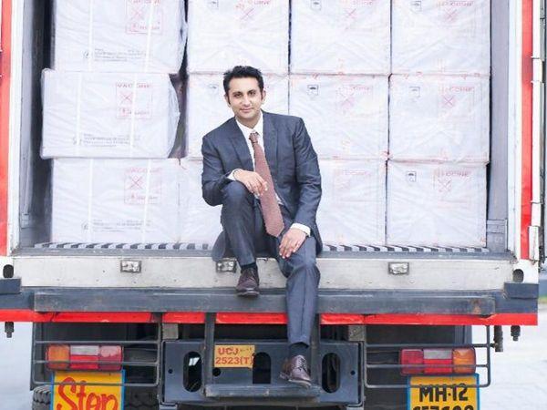 भारत में कोवीशील्ड बना रही सीरम इंस्टीट्यूट ऑफ इंडिया (SII) से जब पहली बार वैक्सीन बनकर बाहर निकली तो कंपनी के CEO अदार पूनावाला ने खुद यह तस्वीर खिंचवाई और सोशल मीडिया पर पोस्ट की।