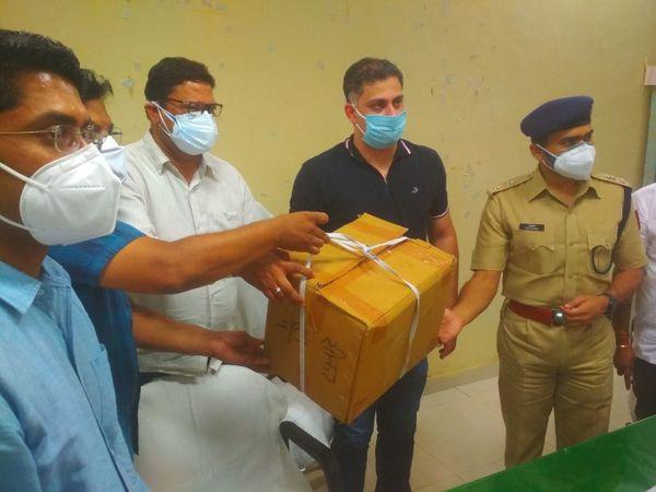 रेडक्रॉस सोसायटी कोरोनाकाल में लोगों की मदद कर रही है। - Dainik Bhaskar