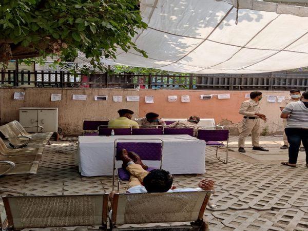 कई वैक्सीनेशन सेंटर पर वॉलंटिर्स भी मदद कर रहे हैं। दिल्ली में नोएडा-गाजियाबाद के मुकाबले वैक्सीनेशन ज्यादा आसानी से लग रही है, इसलिए इन इलाकों में रहने वाले लोग भी दिल्ली जाकर वैक्सीन लगवा रहे हैं।