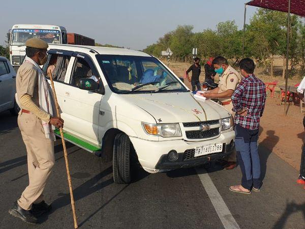 पुलिस की नाकाबंदी  (फाइल) - Dainik Bhaskar