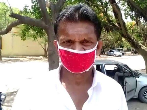 शंकर अभी तक 8 हजार रुपए जुटा नहीं पाया है। उसने प्रशासन से गुहार लगाई है कि उसकी मां का शव उसे दिलाया जाए। - Dainik Bhaskar