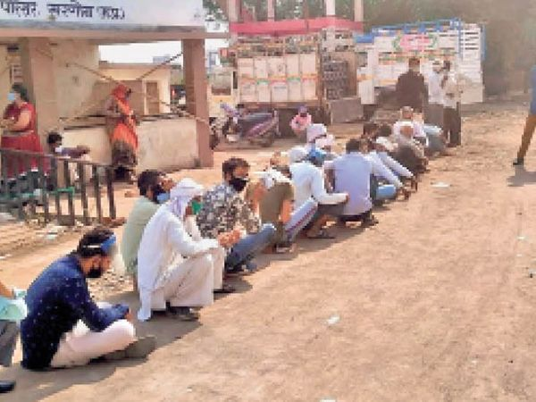 धूप में बैठ सिलेंडर वाहन का इंतजार करना पड़ा। - Dainik Bhaskar
