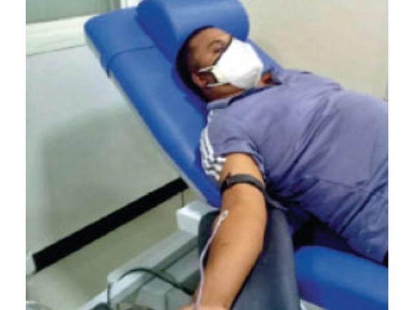 ब्लड बैंक में रक्तदान करने युवा पहुंच रहे। - Dainik Bhaskar