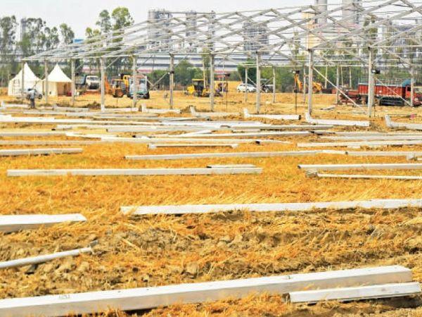रिफाइनरी के पास काेविड अस्पताल का निर्माण शुरू। फोटो- नवीन मिश्रा - Dainik Bhaskar