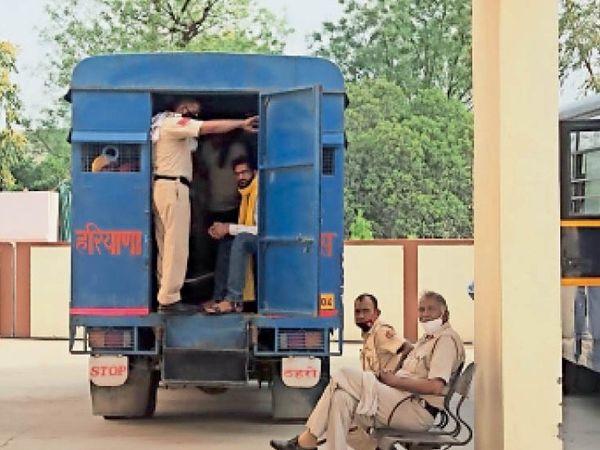 लोहारू थाने में भिवानी से लाए गए प्रदर्शनकारियों से भरी बस। - Dainik Bhaskar