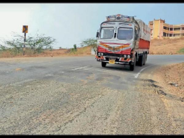 घाट पर ब्रेकर की ऊंचाई अधिक होने से परेशान हो रहे वाहन चालक। - Dainik Bhaskar
