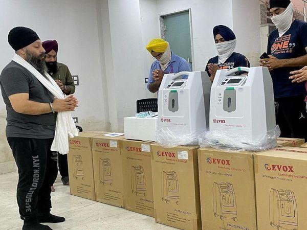 KhalsaAid की ओर से दिल्ली में कोरोना पीड़ितों को मुफ्त ऑक्सीजन कंसंट्रेटर का वितरण किया जा रहा है। - Dainik Bhaskar
