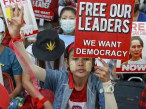 सैन्य शासन के खिलाफ लोग प्रदर्शन कर रहे हैं।