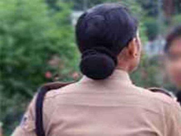 आरोपी महिला कांस्टेबल को पिता की मौत के बाद उनकी जगह पर नौकरी मिली थी, जिसका उसने दुरुपयोग किया। - Dainik Bhaskar