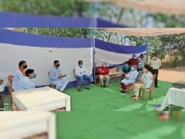 धरावरा काेविड सेंटर पर अधिकारियाें से चर्चा करते मंत्री दत्तीगांव। - Dainik Bhaskar
