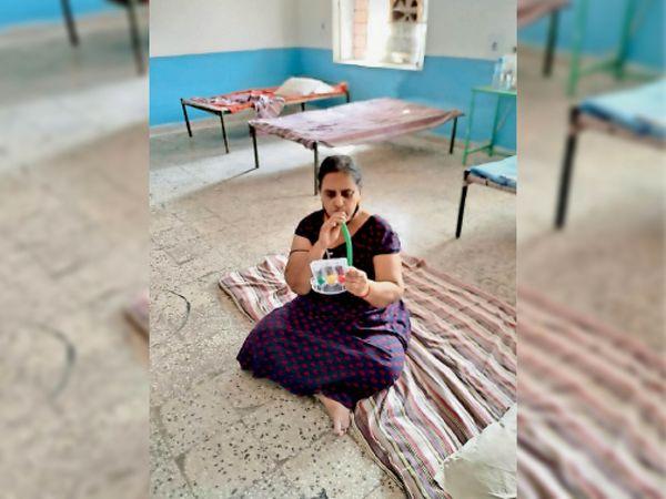 मॉडल केयर सेंटर में फेफड़ों की क्षमता बढ़ाने वाली एक्सरसाइज करती महिला। - Dainik Bhaskar