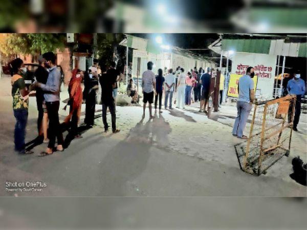 शनिवार रात 12 बजे...जेएएच स्थित कोल्ड ओपीडी में आरटीपीसीआर टेस्ट के लिए लगी कतार। - Dainik Bhaskar