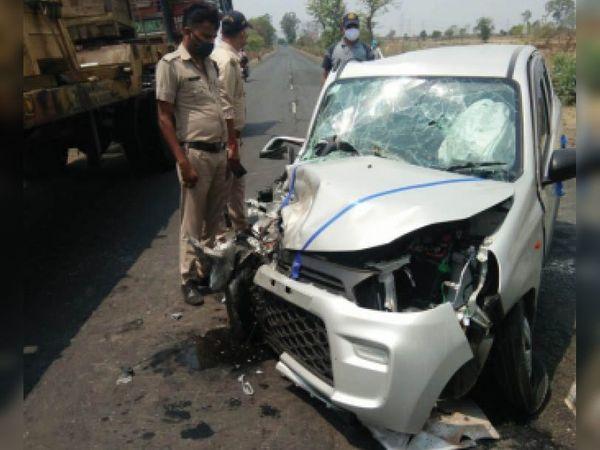 दो कार के आपस में टकराने के बाद मौके पर पहुंची बंडा पुलिस। - Dainik Bhaskar