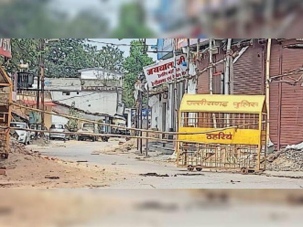 शहरी सीमा सील करने तैयारी, प्रभावित मोहल्लों पर बैरिकेडिंग लगाया। - Dainik Bhaskar